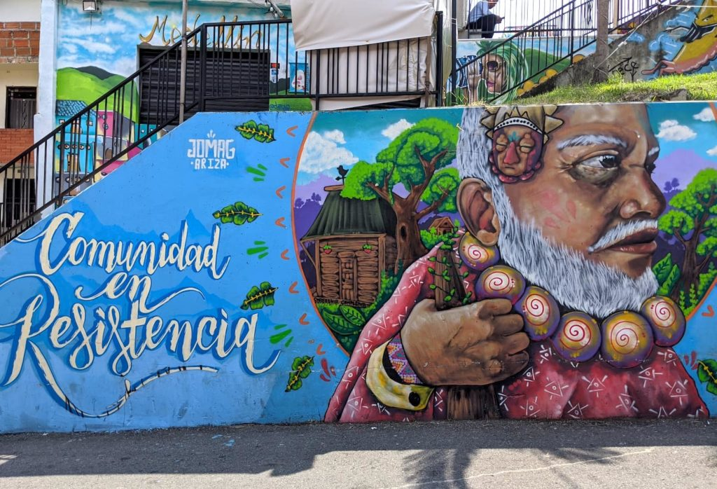 Spanish writing on a wall of graffiti paint in Colombia